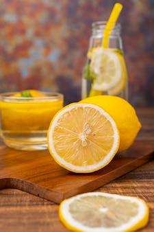 ガラスのハーブと飲む新鮮なレモネード