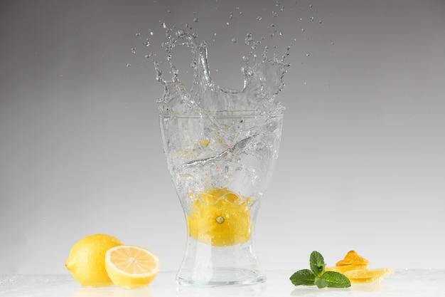 신선한 레모네이드. 튀김. 레몬 주스.