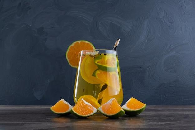 레몬과 짚 대리석에 신선한 레모네이드.