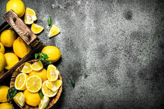 木製の箱に入った新鮮なレモン
