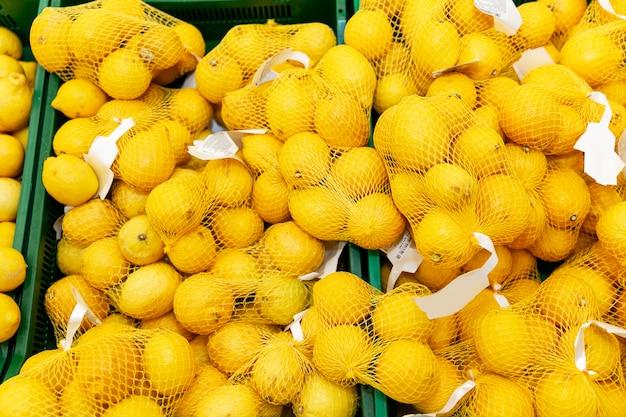 상점의 카운터에 공장 그물에 신선한 레몬.