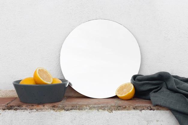 ボウルのテーブルに新鮮なレモン