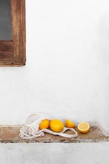 タートルバッグとテーブルの上の新鮮なレモン