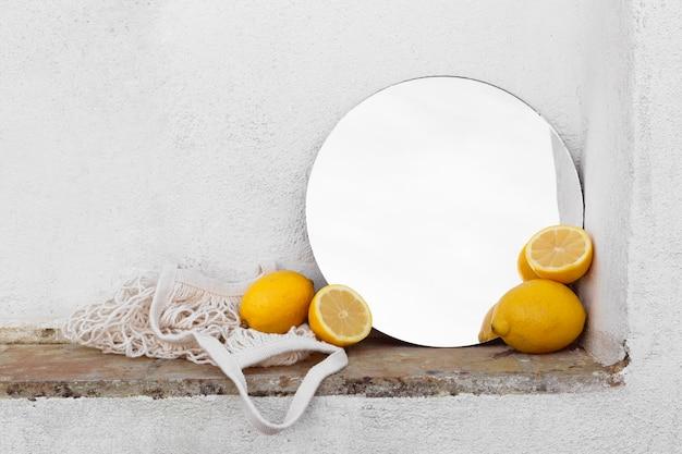 Свежие лимоны на столе с мешком черепахи