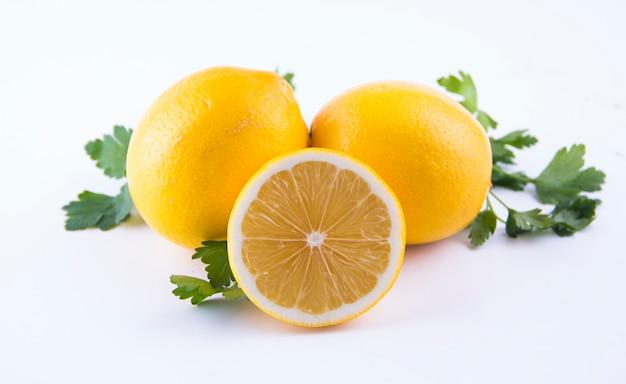 分離された白の新鮮なレモン