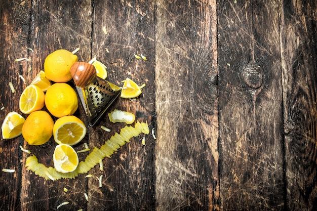 おろし金で新鮮なレモン