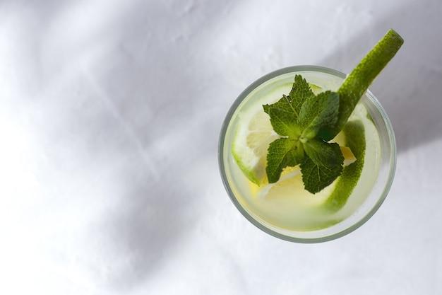 Свежие лимоны с зелеными листьями мяты. плоская планировка