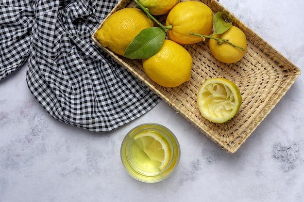 그린 민트와 신선한 레몬은 위에서 차 돌 박이 테이블에 나뭇잎. 플랫 레이