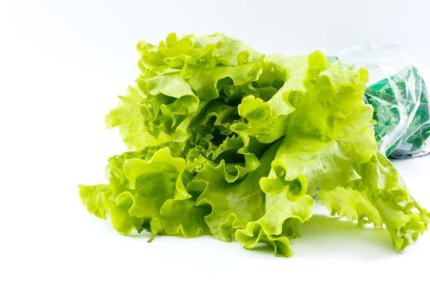 Свежий салат на белом фоне