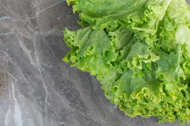Foglie di lattuga fresca su sfondo bianco. foto di alta qualità