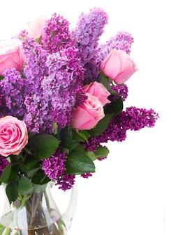 Свежие цветы сирени с розовыми розами, изолированные на белом фоне