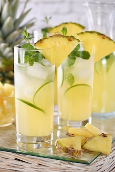 Свежий лайм и мята в сочетании со свежим ананасовым соком и текилой. коктейли из ананаса всегда обладают ярким вкусом и ароматом!