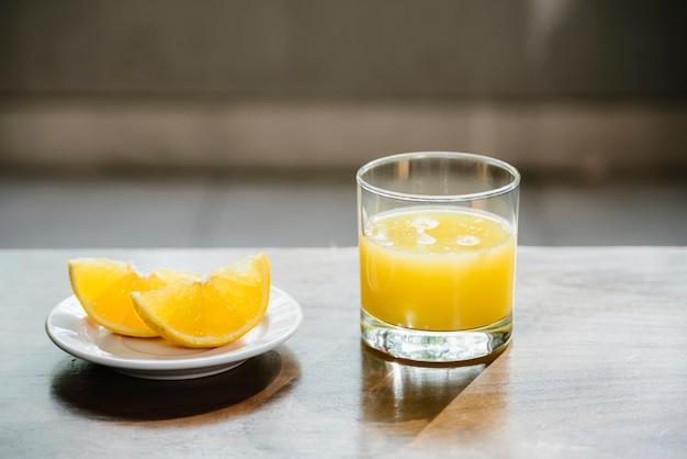 木製の机の上にガラスの新鮮なライムジュース