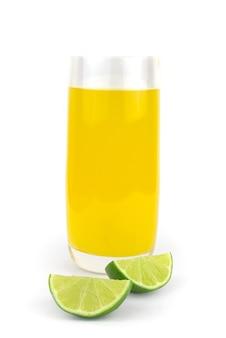 Свежий сок лайма, изолированные на белом фоне.