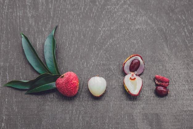 古い木製のテーブルの上の新鮮なライチの果実