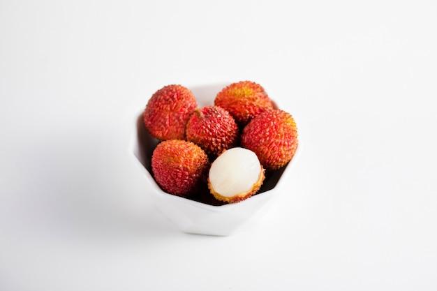 木製のテーブルに新鮮なライチの果実