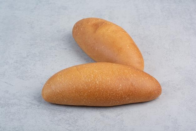 青い背景に焼きたてのパン。高品質の写真