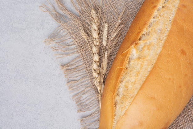 小麦と黄麻布の焼きたてのパン。高品質の写真
