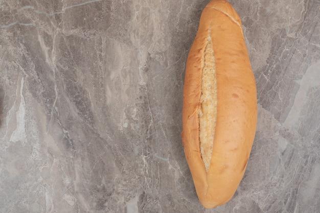大理石の焼きたてのパン。高品質の写真