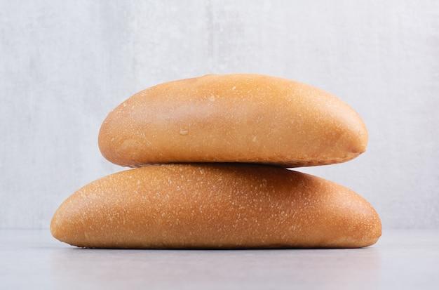 돌 배경에 신선한 덩어리 빵입니다. 고품질 사진