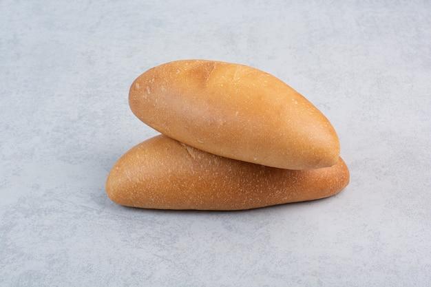 Свежий хлеб на каменной поверхности