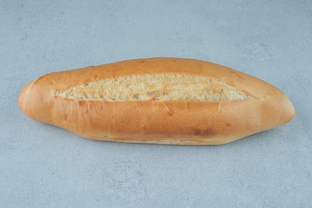 石の表面に焼きたてのパン