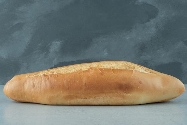 Свежий хлеб на каменном столе