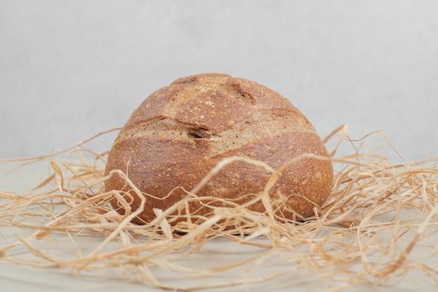 白い背景の上の焼きたてのパン。高品質の写真