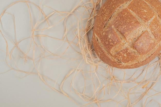 白い表面に焼きたてのパン