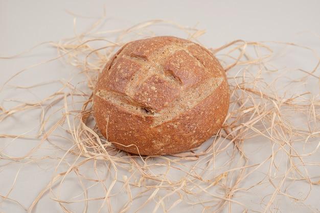 Свежая буханка хлеба на белой поверхности