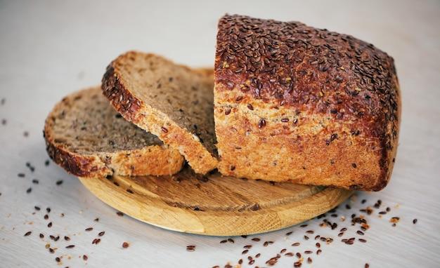 Свежая буханка гречишно-пшеничного хлеба на столе в светлой кухне
