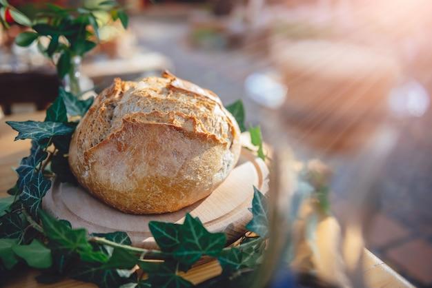 ダイニングテーブルの上のパンの新鮮なロフト