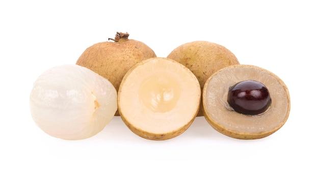 Свежие фрукты лонган, изолированные на белом фоне