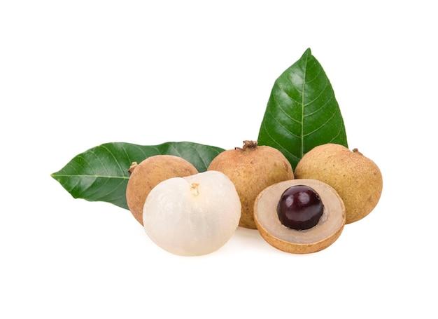 Свежие фрукты лонган с листьями, изолированные на белом фоне
