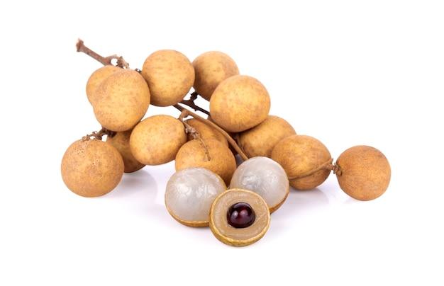 白で分離された新鮮なリュウガンの果実