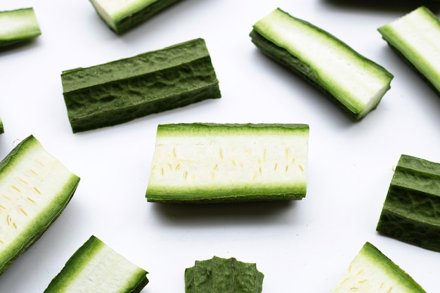 白い表面に新鮮なヘチマ野菜