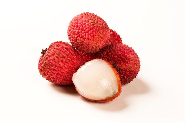 白い表面に新鮮なライチ。新鮮な果物