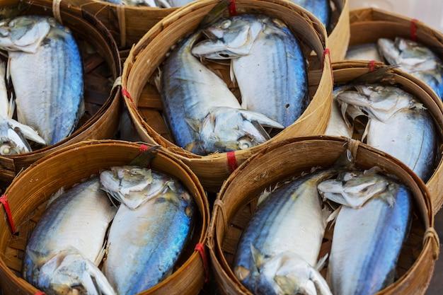 시장, 태국에서 바구니에 신선한 고등어