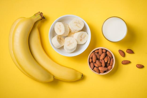 노란색 배경에 유리에 신선한 바나나 스무디