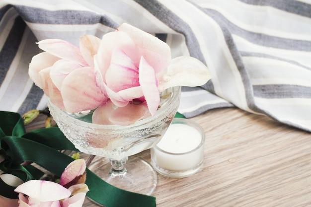 나무 테이블에 꽃병에 신선한 목련 꽃