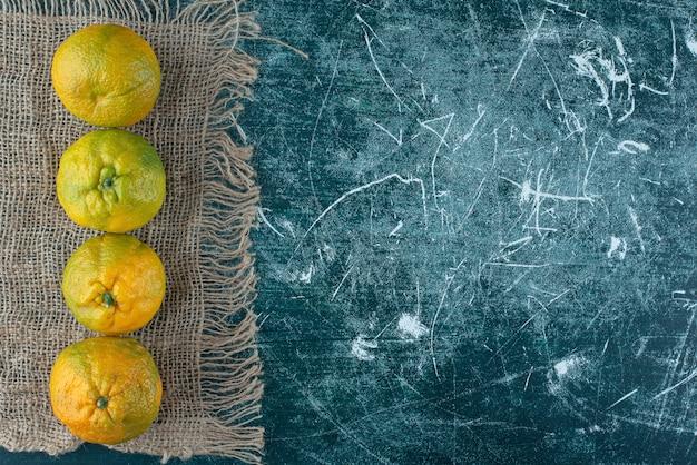 大理石のテーブルに新鮮なみかんの果実。