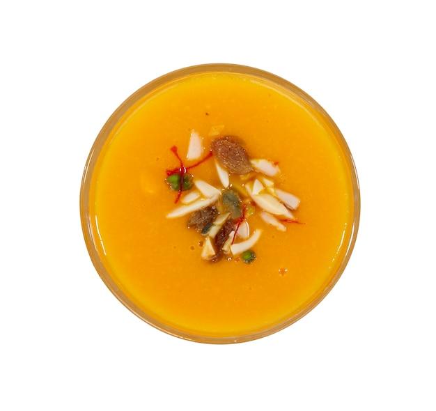 Свежий фруктовый сок манго на белом фоне