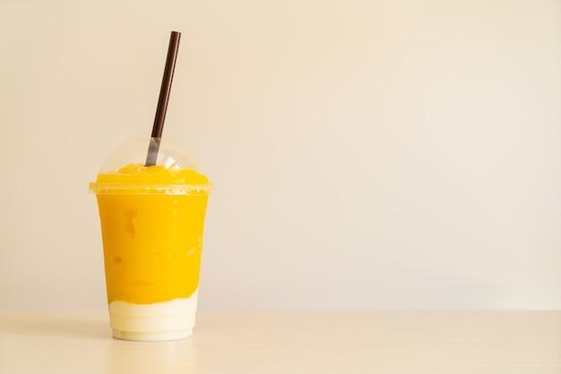 Смузи из свежих фруктов манго со стаканом йогурта