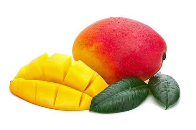 Свежие плоды манго с отрезком и зелеными листьями, изолированные на белом фоне.