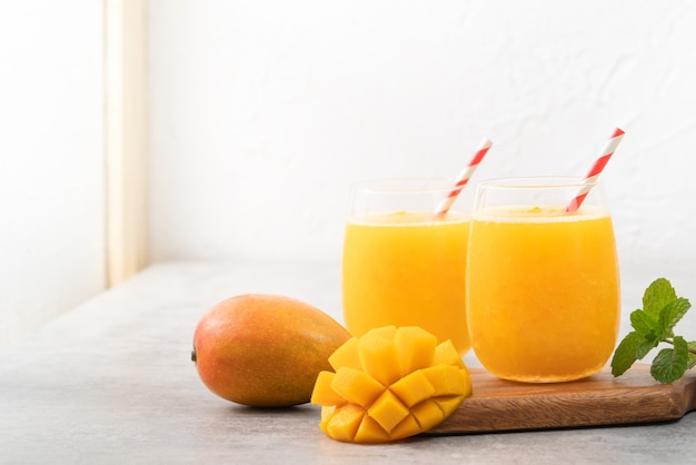 Свежий сок манго