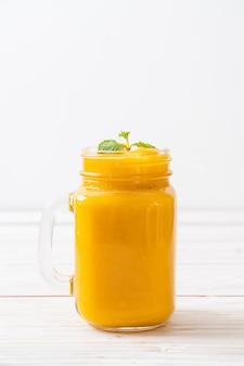 Свежие манго смузи