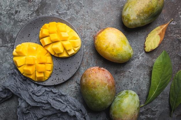 灰色の上の新鮮なマンゴートロピカルフルーツ