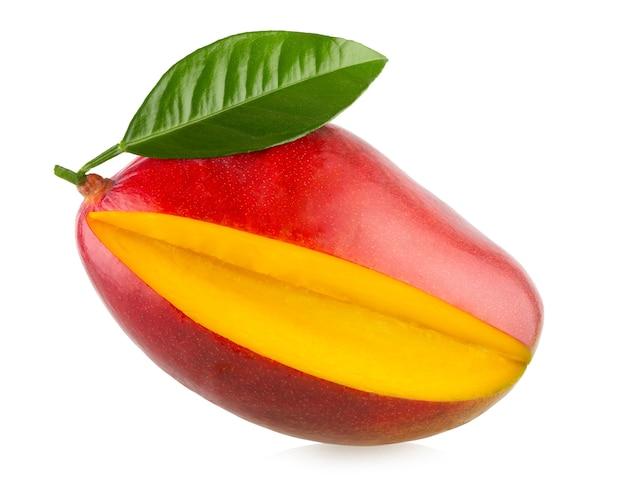 Свежее манго с листом, изолированным на белом фоне с обтравочным контуром