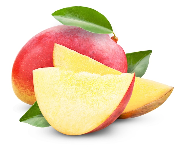 Свежее манго с листьями, изолированными на белом