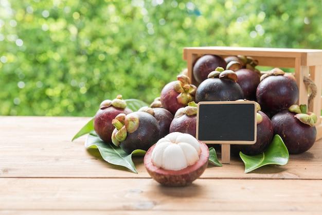 木製のテーブルに新鮮なマンゴスチンfruie
